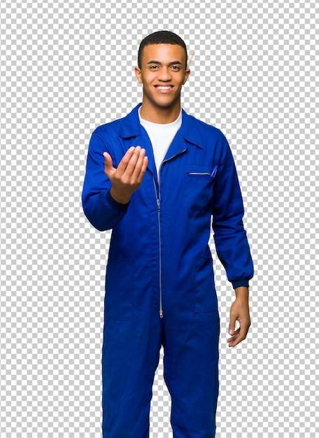 Молодой афро американский рабочий человек приглашает прийти с рукой. счастлив, что ты пришел Premium Psd