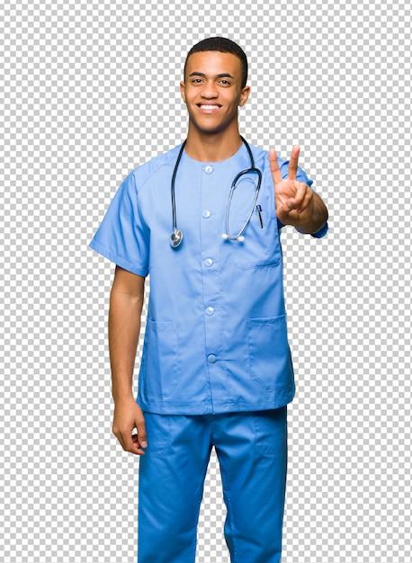 Хирург доктор человек улыбается и показывает знак победы Premium Psd