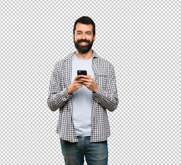 Красивый мужчина с бородой, отправив сообщение с мобильного телефона Premium Psd
