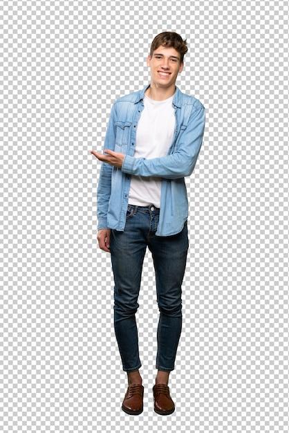 笑顔に向かって見ながらアイデアを提示するハンサムな若い男の完全な長さのショット Premium Psd