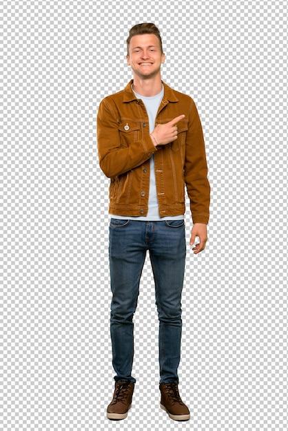 製品を提示する側を指している金髪のハンサムな男 Premium Psd