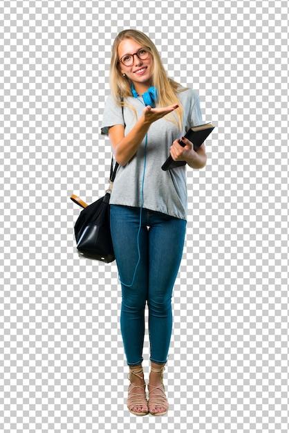 Студент девушка в очках, представляя продукт или идею, глядя с улыбкой на Premium Psd