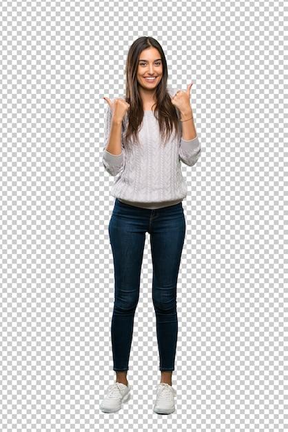 親指ジェスチャーと笑顔で若いヒスパニック系ブルネットの女性 Premium Psd