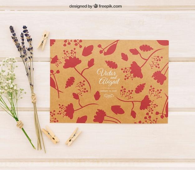 Шаблон свадебного приглашения с цветами и прищепками Бесплатные Psd
