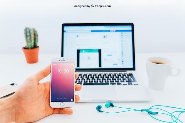 サボテンとスマートフォンとラップトップモックアップ 無料 Psd