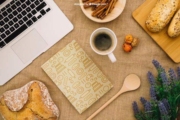 朝食とノートパソコンを備えたブックカバー構成 無料 Psd