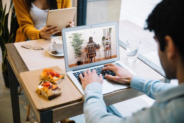 Макет ноутбука с работающими парами Бесплатные Psd