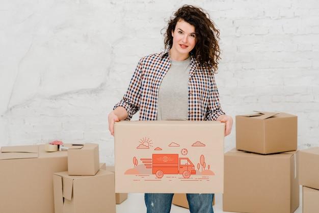 Макет женщины с картонными коробками Бесплатные Psd