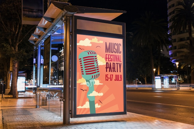 Макет рекламного щита автобусной остановки в городе ночью Бесплатные Psd