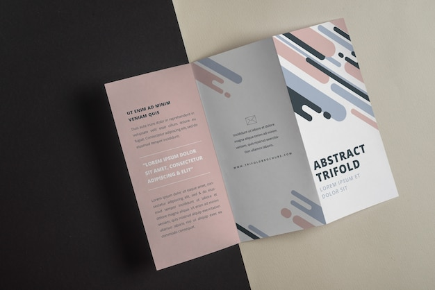 抽象的な形の三角形のパンフレットのモックアップ 無料 Psd