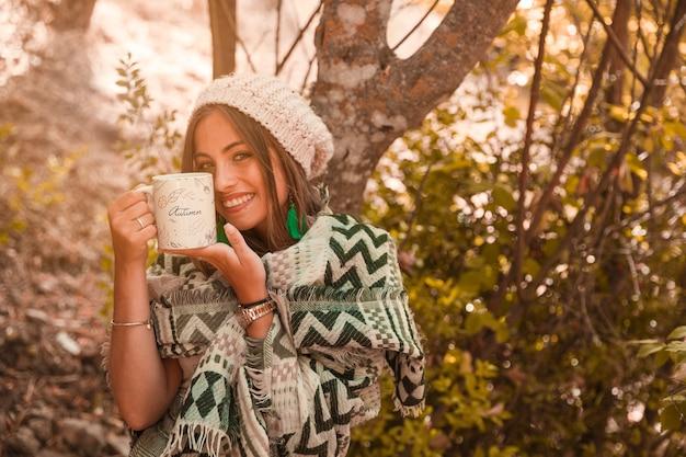 マグカップを持つ女性と秋のコンセプト 無料 Psd