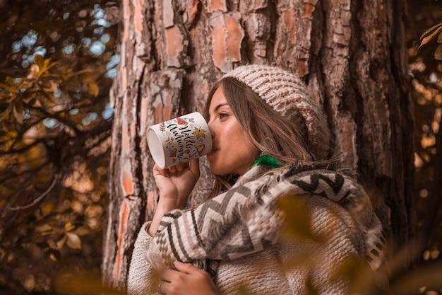 Осенняя концепция с женщиной, держащей кружку Бесплатные Psd