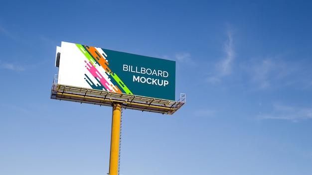 青空の背景に巨大な看板のモックアップ 無料 Psd