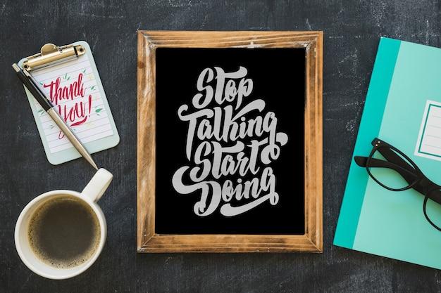 コーヒーとメモ帳とスレートモックアップ 無料 Psd