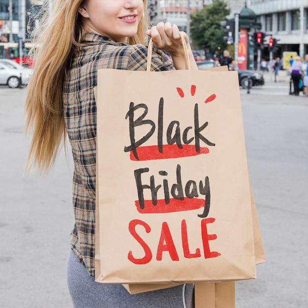 黒の金曜日の袋と都市の女性 無料 Psd