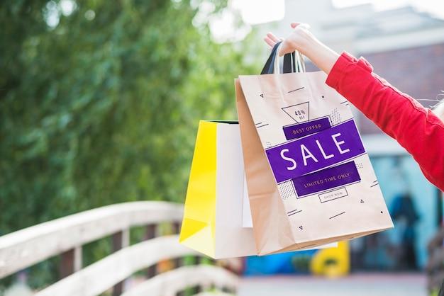 ショッピングバッグの模型を持つスタイリッシュな女性 無料 Psd