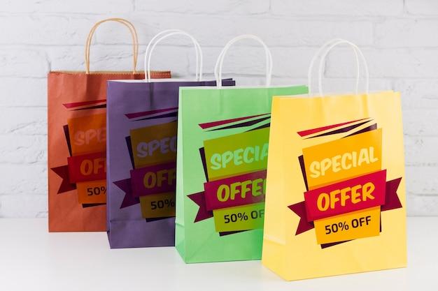 異なる色のショッピングバッグモックアップ 無料 Psd