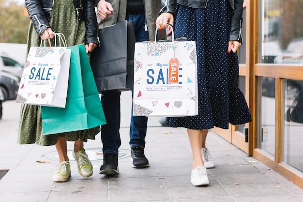 都市のショッピングバッグを持つ女性 無料 Psd