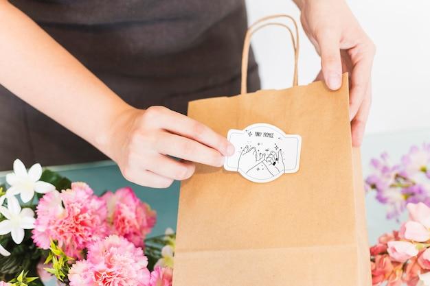 女性が袋を準備して園芸の概念 無料 Psd