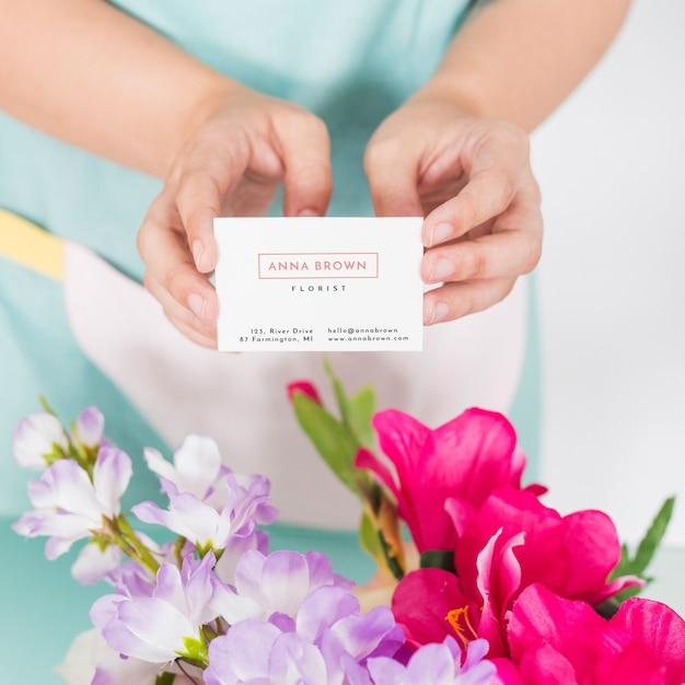 名刺を提示する女性と園芸のコンセプト 無料 Psd