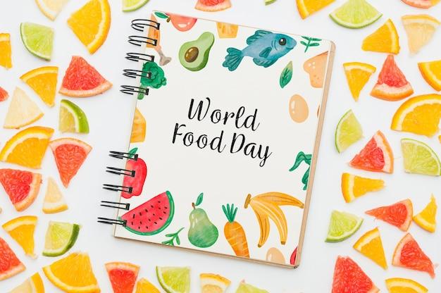 Спиральная тетрадь макет с фруктами Бесплатные Psd