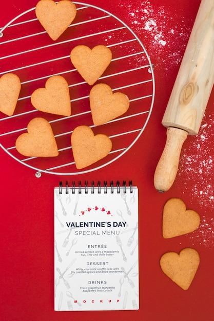 バレンタインメニューのスパイラルノートブックモックアップ 無料 Psd