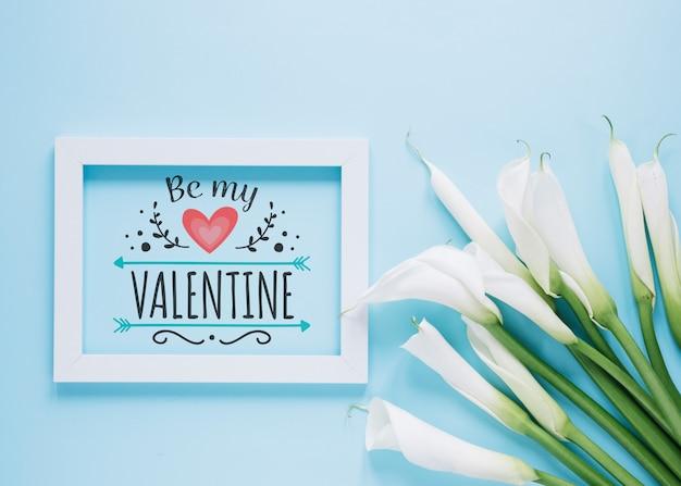 花のバレンタインデーのコンセプトを持つフレームモックアップ 無料 Psd