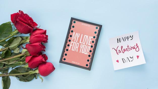 バレンタインデーのバラとフレームのモックアップ 無料 Psd