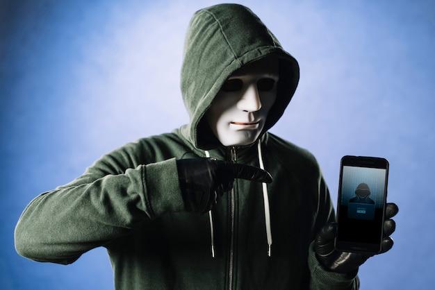スマートフォンのモックアップを持つハッカー 無料 Psd