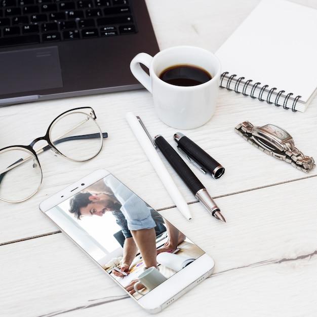 オフィスの要素を持つスマートフォンモックアップ 無料 Psd