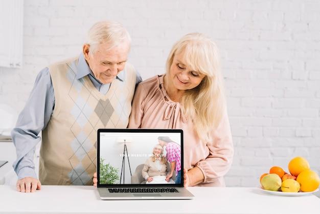 Бабушка и дедушка за ноутбуком макет Бесплатные Psd