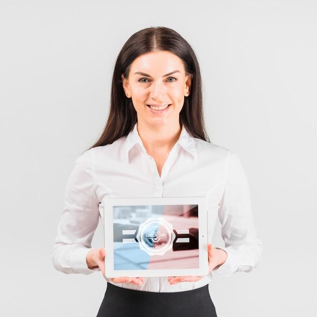 労働日のタブレットモックアップを保持している実業家 無料 Psd