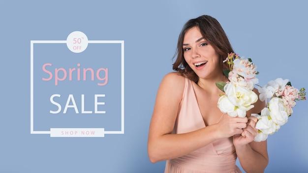 スタイリッシュな女性と春のセールモックアップ 無料 Psd