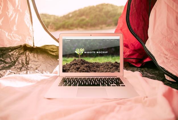 Макет ноутбука с кемпинг в природе концепции Бесплатные Psd