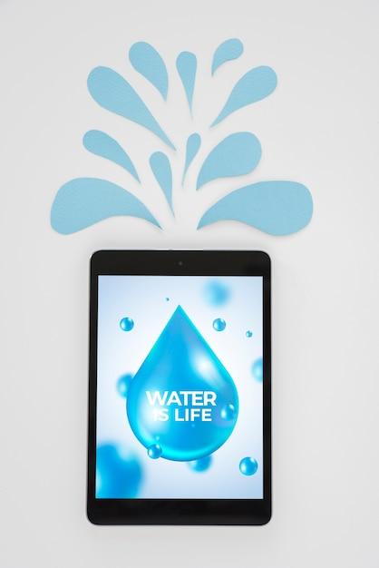 水の概念を持つタブレットモックアップ 無料 Psd