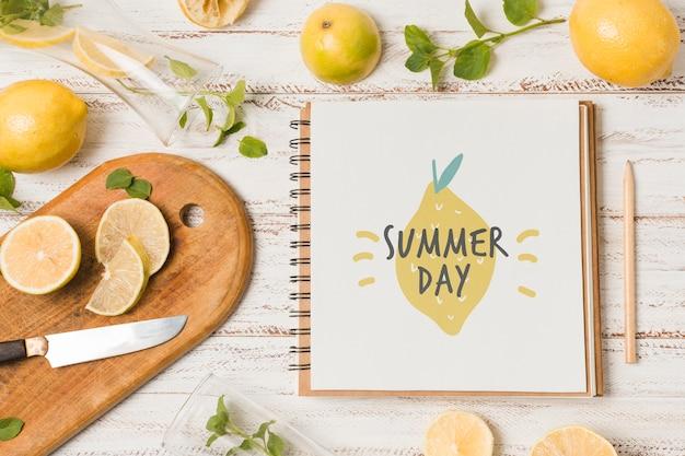 夏の飲み物のためのレモンのノートブックモックアップ 無料 Psd