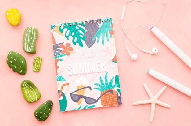 夏の概念のためのフラットレイアウトメモ帳カバーモックアップ 無料 Psd