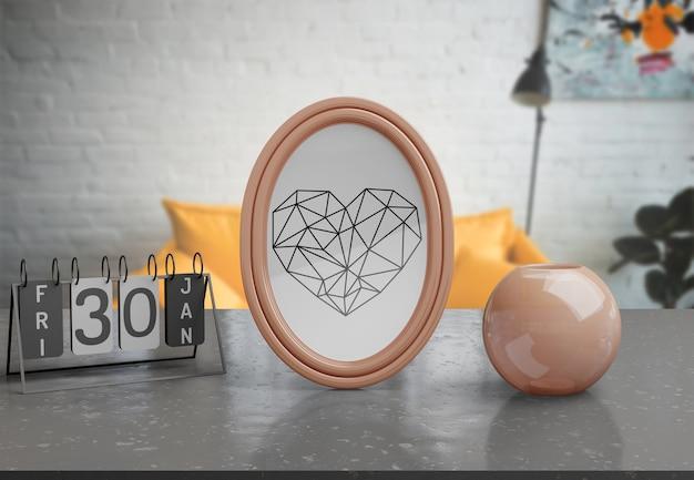 自宅のテーブルの上の装飾的なフレームのモックアップ 無料 Psd