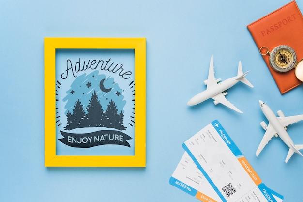 Приключение наслаждается природой, рамой, паспортом, компасом и авиабилетами Бесплатные Psd