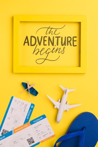 Начинается приключение, надпись на рамке с посадочным талоном, триггером, самолетом и каноэ Бесплатные Psd