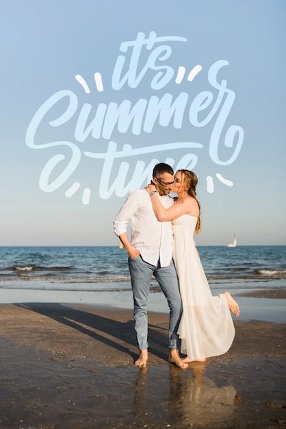 Счастливая пара обниматься на берегу моря Бесплатные Psd