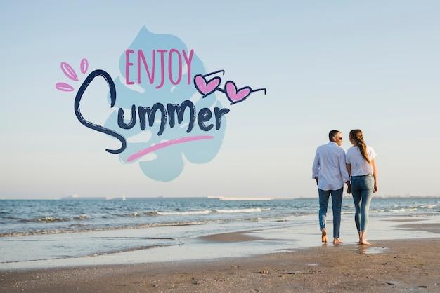 モックアップは夏のカップルを楽しむ 無料 Psd