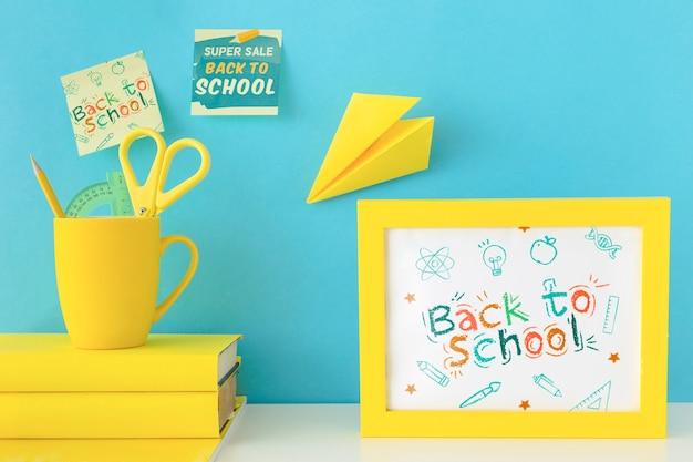 学校広告のモックアップデザインに戻る 無料 Psd