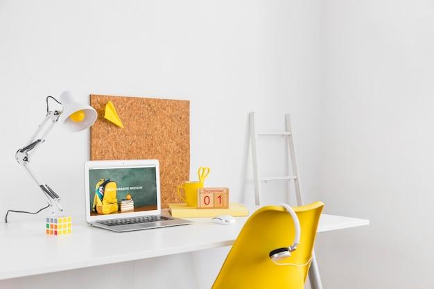 Ноутбук с экраном макета в чистом и опрятном рабочем пространстве. тема образования Бесплатные Psd