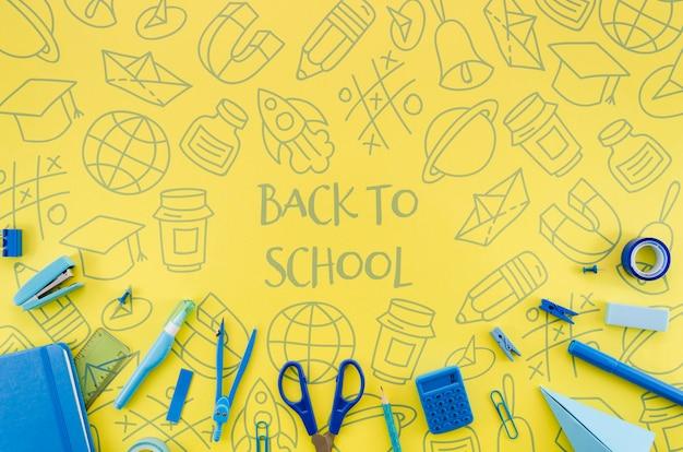 フラットは黄色の背景で学校に戻る 無料 Psd