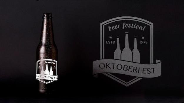 黒い背景とオクトーバーフェストモックアップビール 無料 Psd