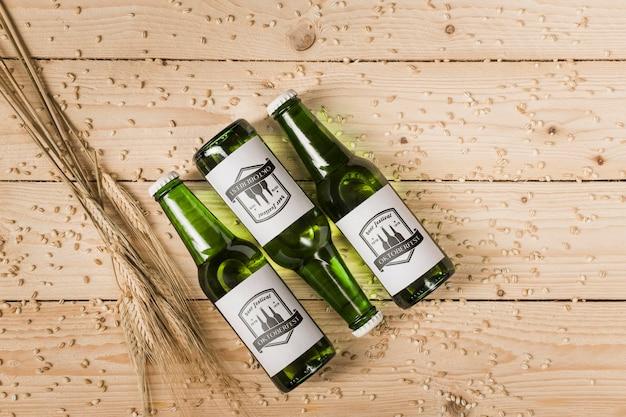 木製の背景を持つトップビュービール瓶 無料 Psd