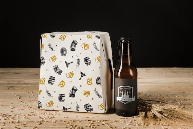 Бутылка пива крупным планом на деревянный стол Бесплатные Psd