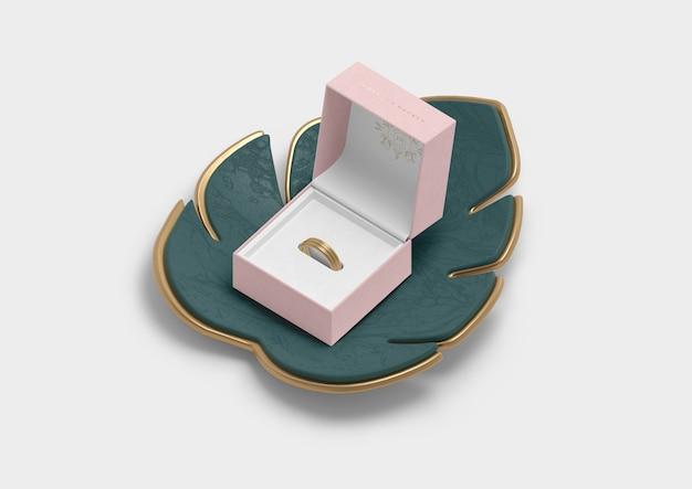 Открытая шкатулка для кольца и листа монстера Бесплатные Psd