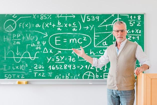 数式の完全なボードを示す先生 無料 Psd